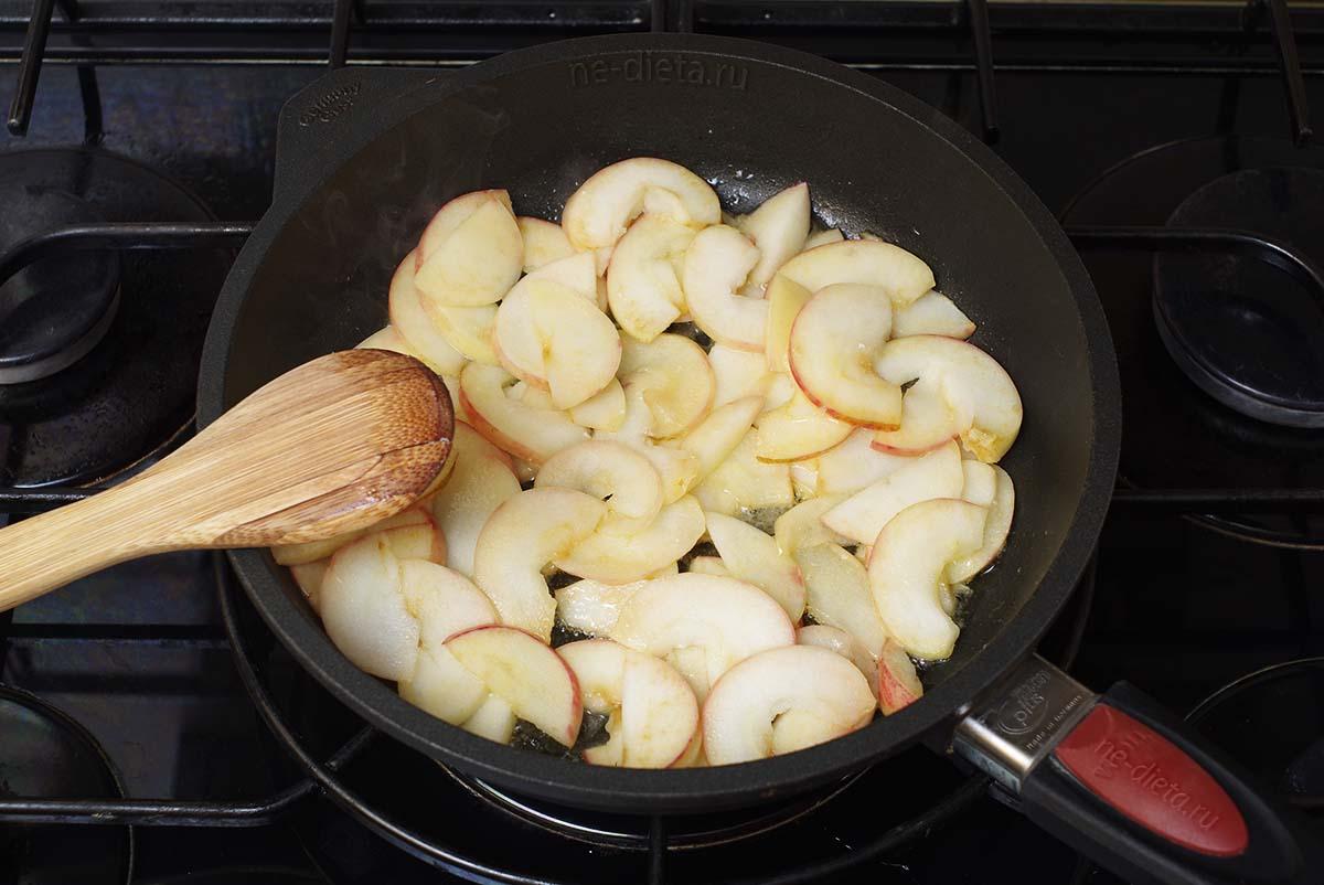 Обжарить яблоки на сливочном масле