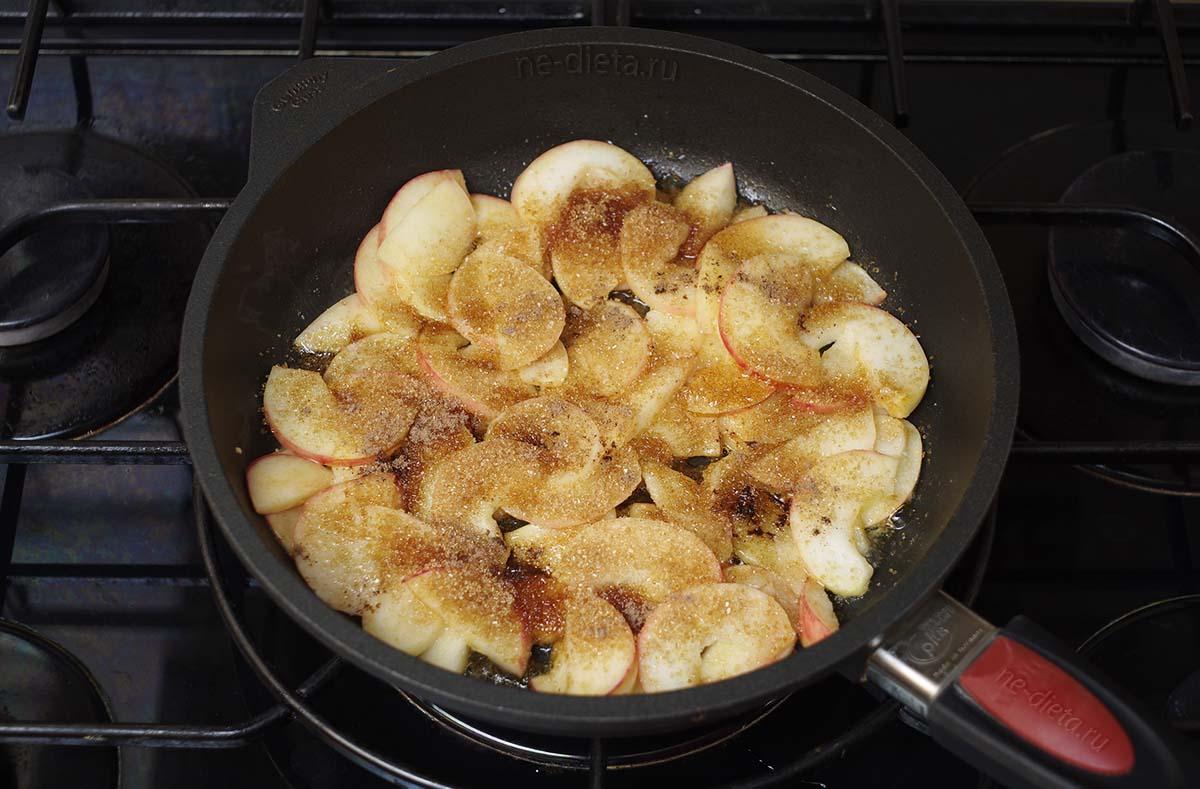 Яблоки посыпать сахаром и корицей