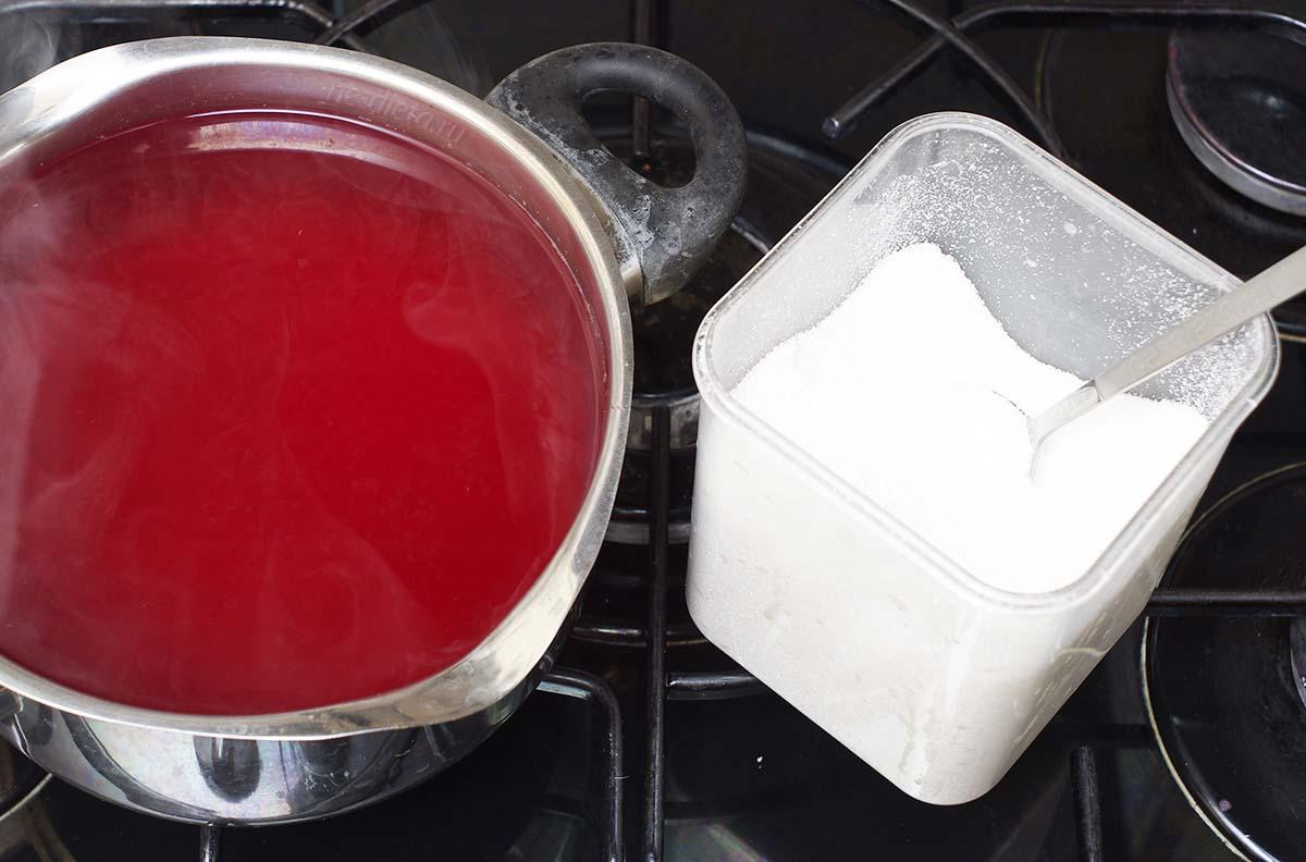 Клюквенный отвар процедить и добавить сахар
