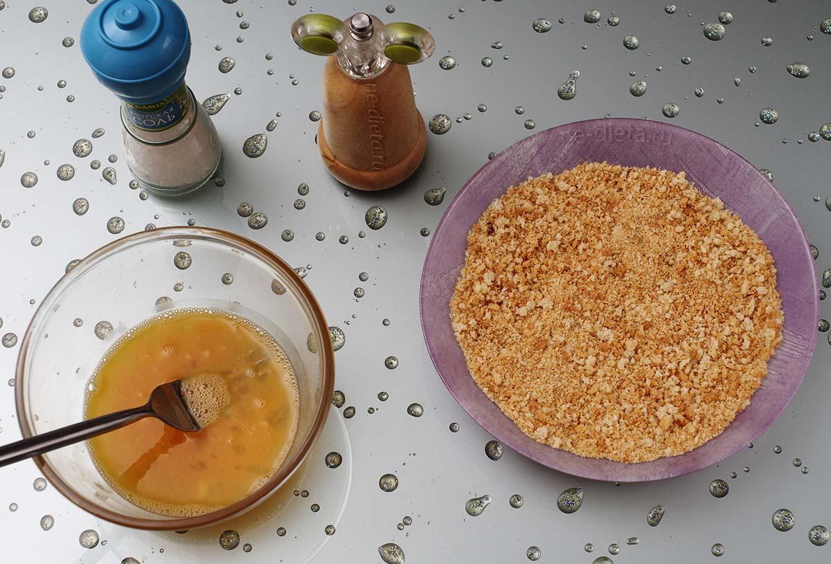 Хлебную крошку смешать с солью и перцем, в миске взбить яйца