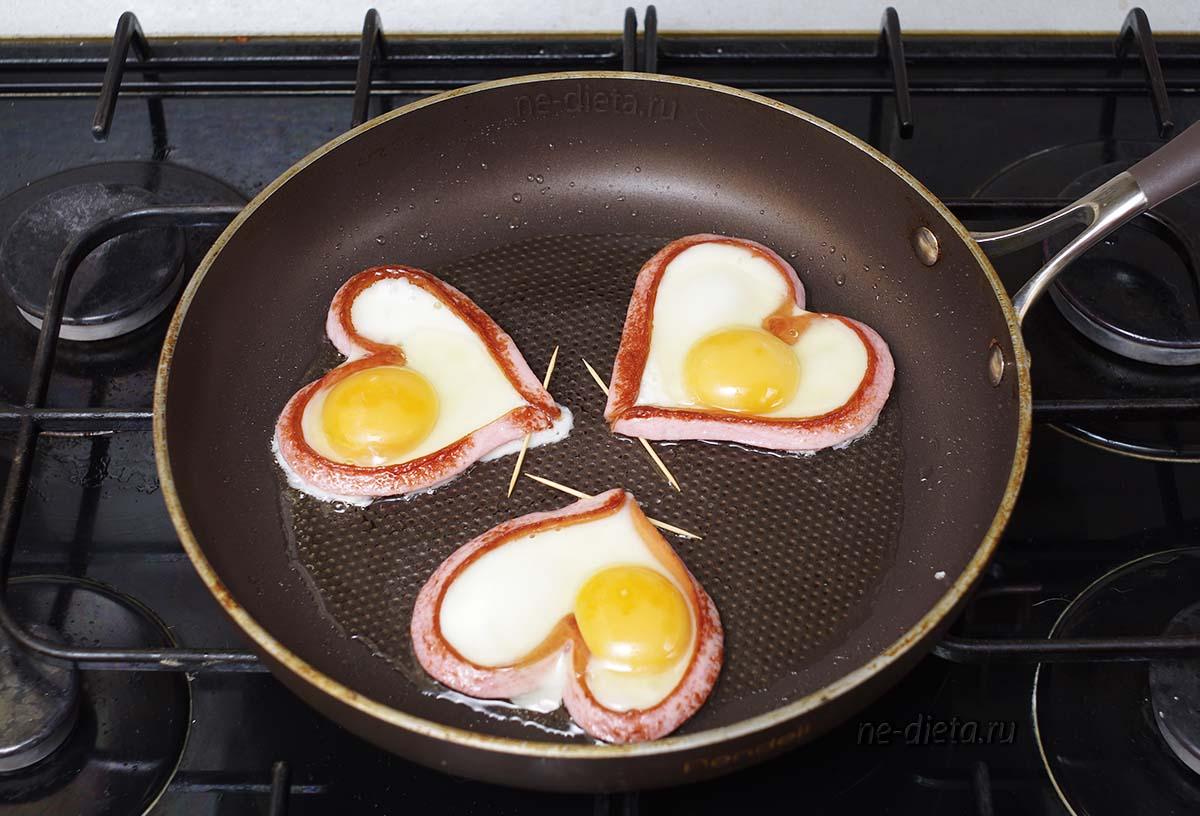 Яичница в сосисках сердечками