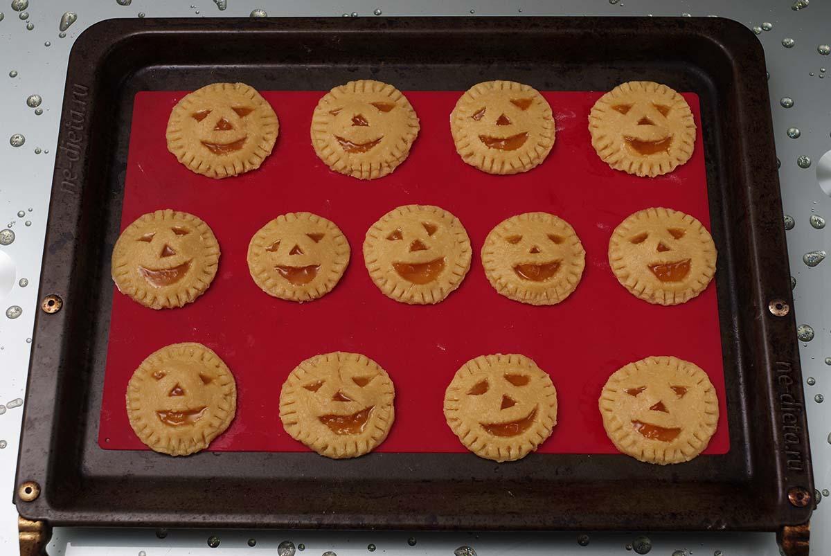 """Печенье """"Фонарь Джека"""" перед выпечкой"""