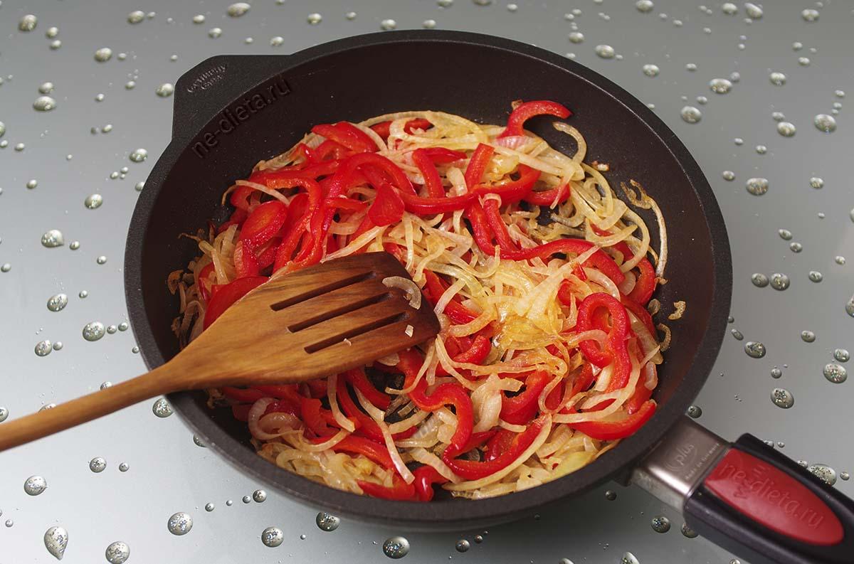 Репчатый лук и болгарский перец обжарить на растительном масле