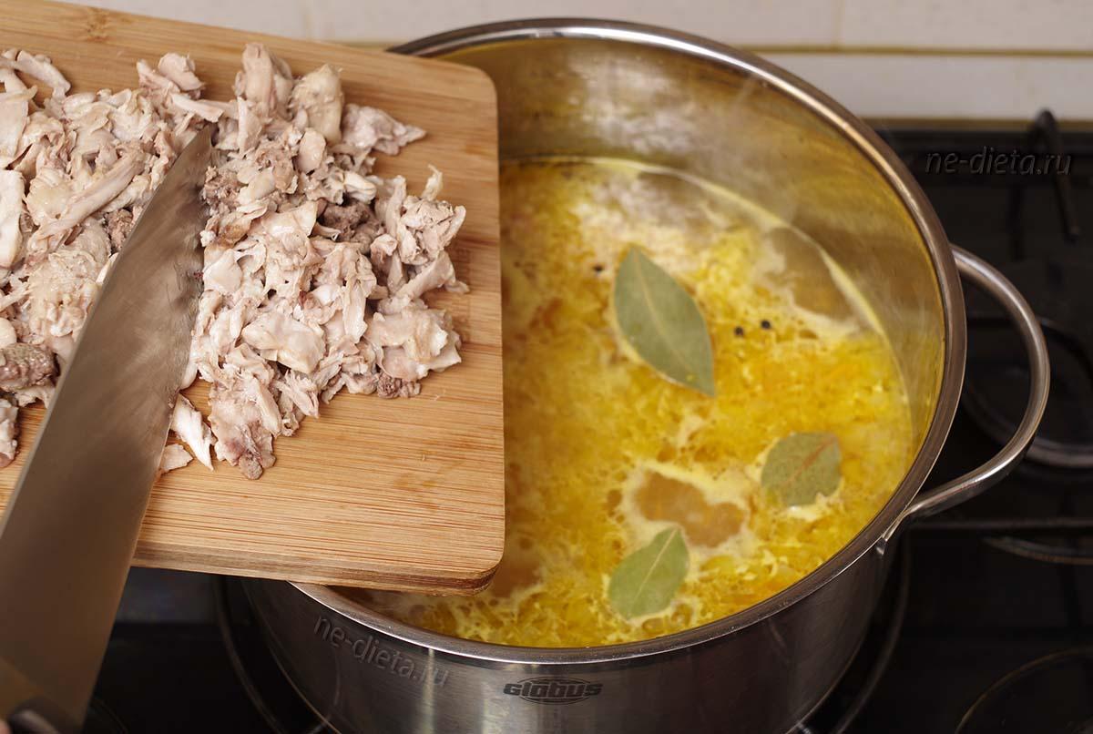 Добавить в куриный суп соль, специи и мясо