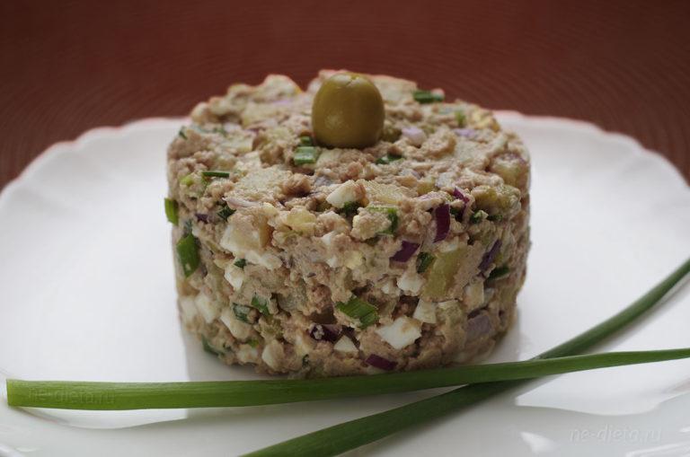 Салат с печенью трески и горошком