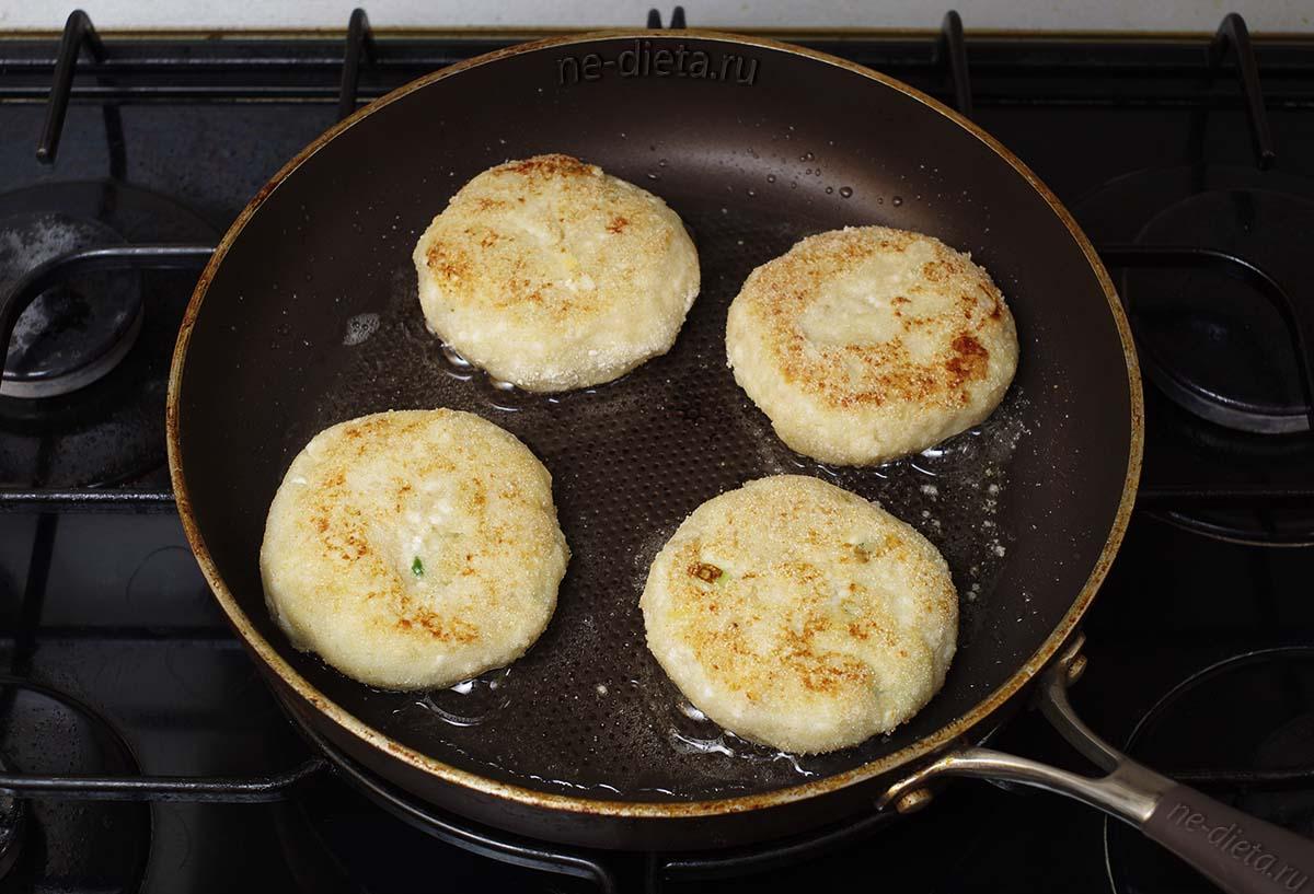 Картофельные зразы с яйцом и луком на сковородке