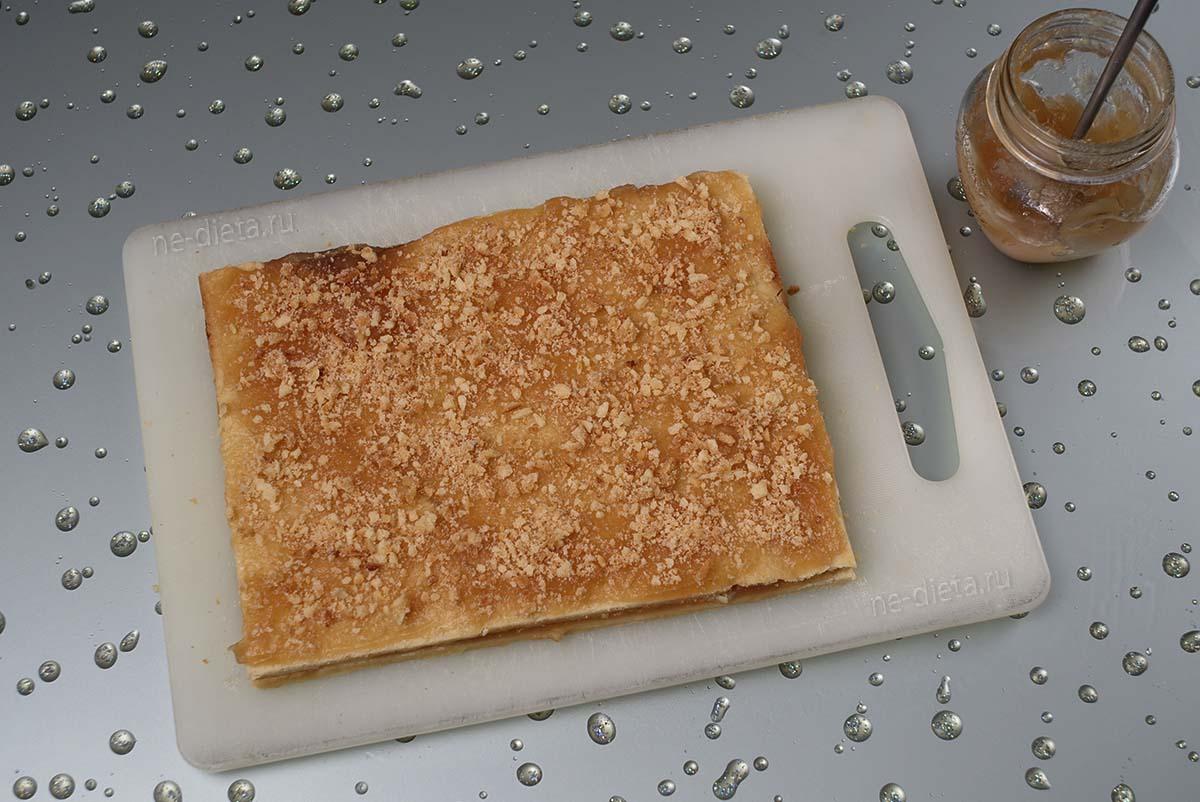 Пирожное обсыпать песочной крошкой