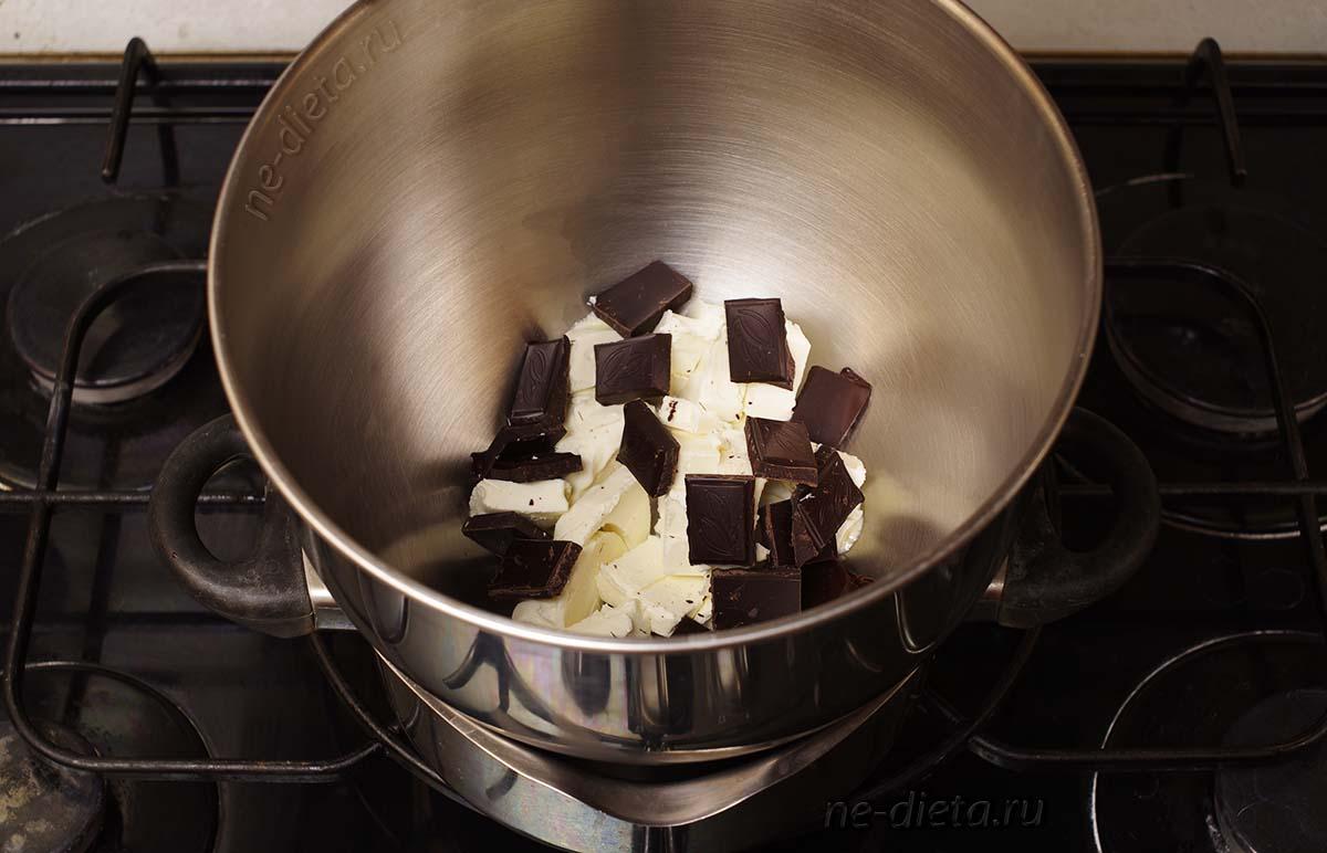 Шоколад поломать на квадратики, масло порезать кубиками