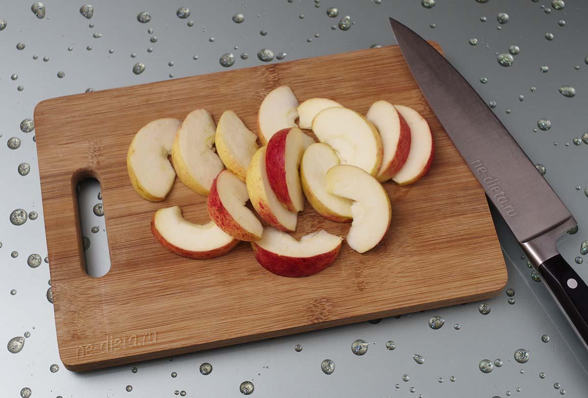 Яблоко порезать дольками
