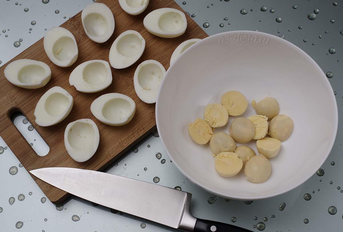 Яйца разрезать пополам и разделить на белки и желтки