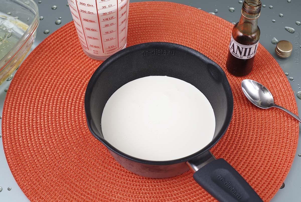 В кастрюле смешать молоко, сливки, сахар и ваниль
