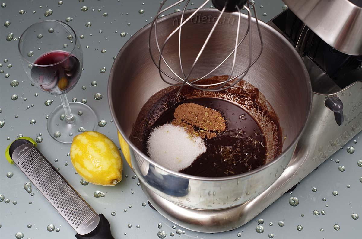 Добавить сахар, какао, лимонную цедру и вино