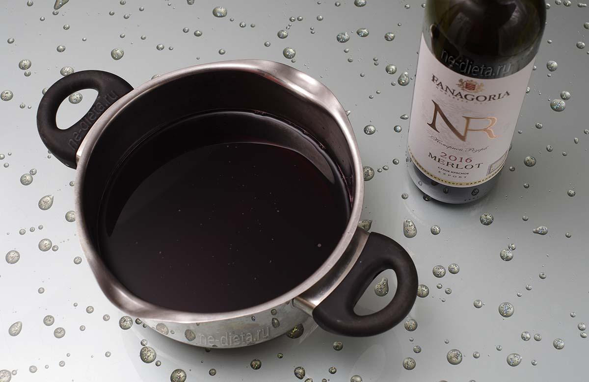 Вино вылить в кастрюлю