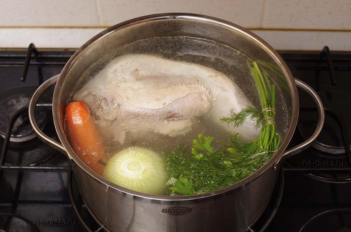 К языку добавить лук, морковь и зелень