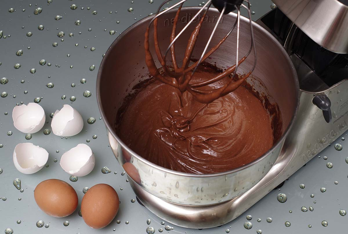 В тесто ввести яйца по одному