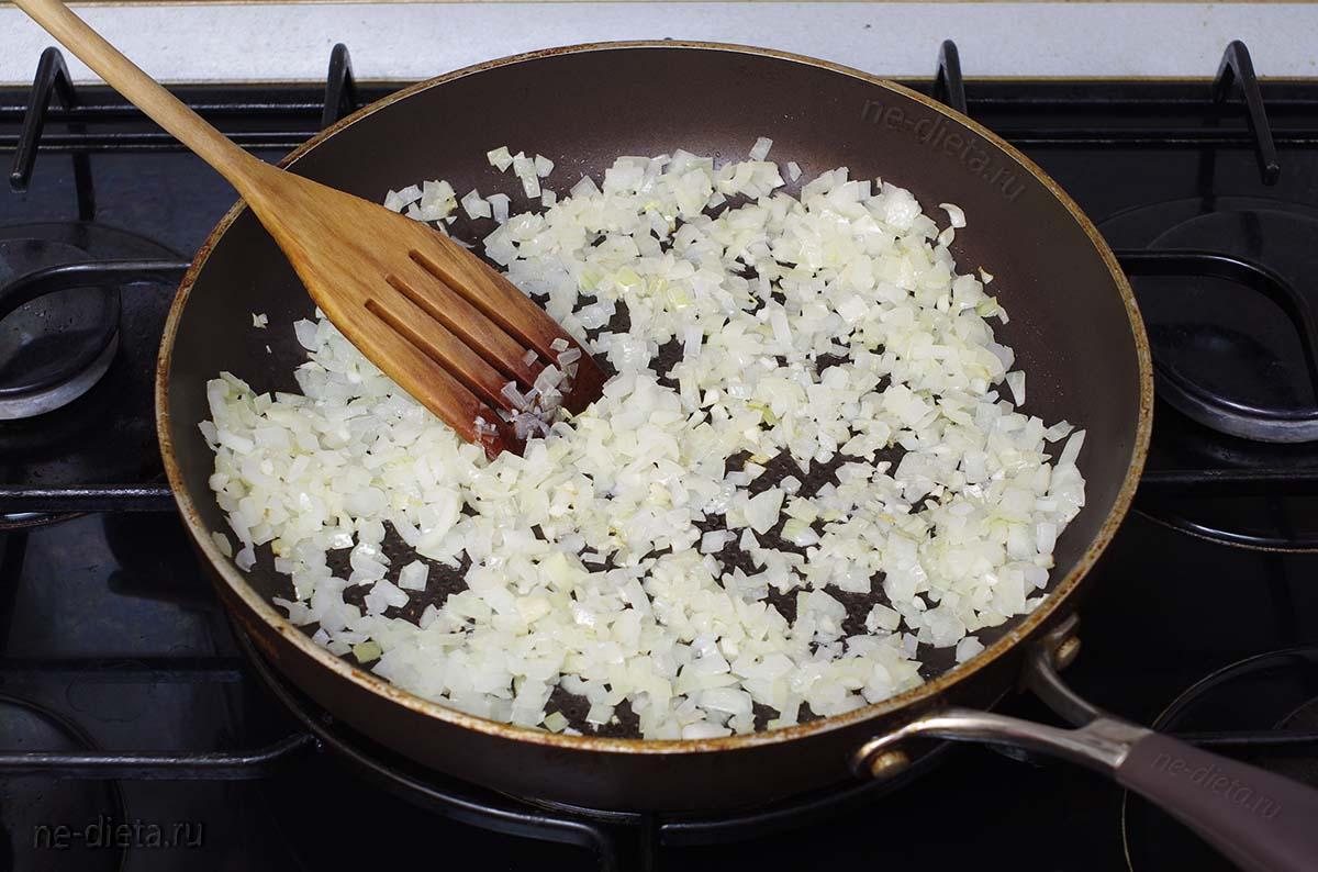 Обжарить лук и чеснок на оливковом масле