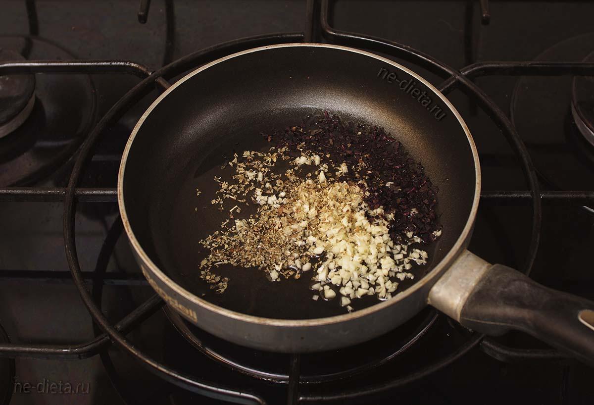 На оливковом масле обжарить специи и чеснок