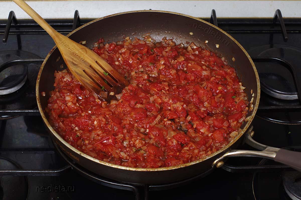 Добавить резаные томаты, соль и специи
