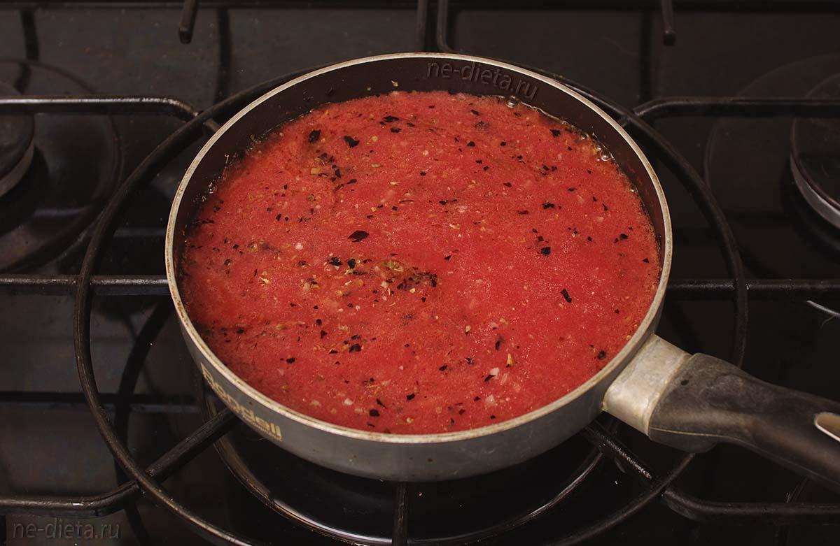 Добавить томаты, сахар и соль
