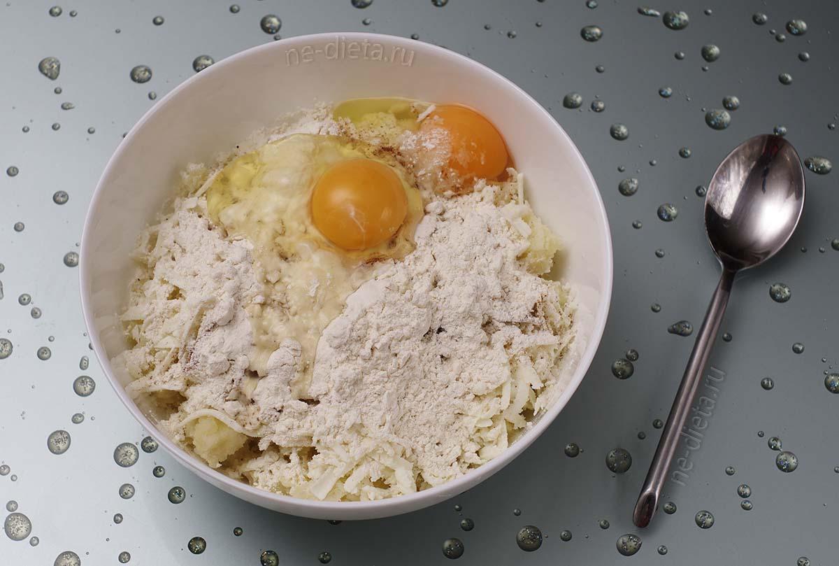 В картофель добавить сыр, муку и 2 яйца