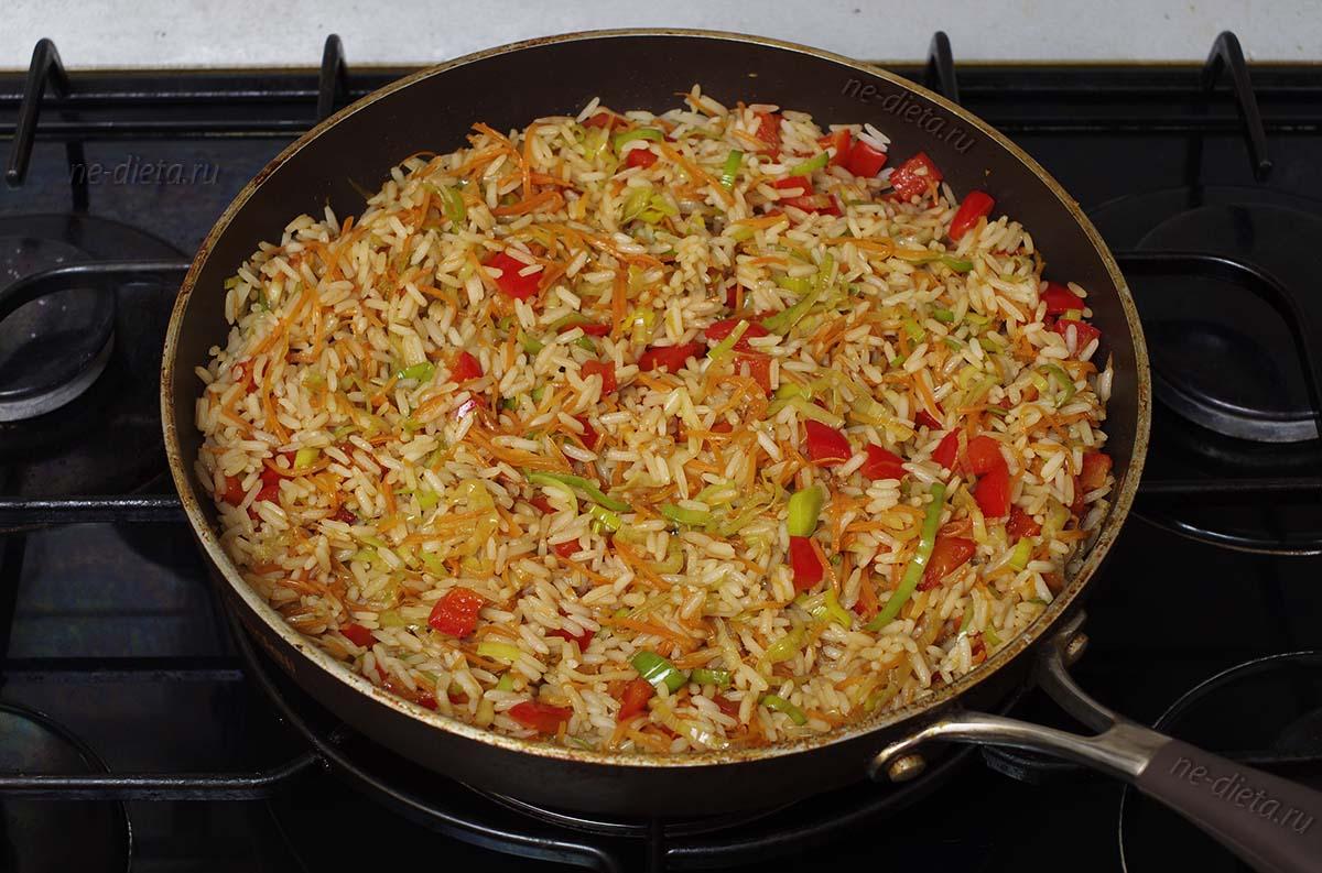 К овощам добавить рис и соевый соус