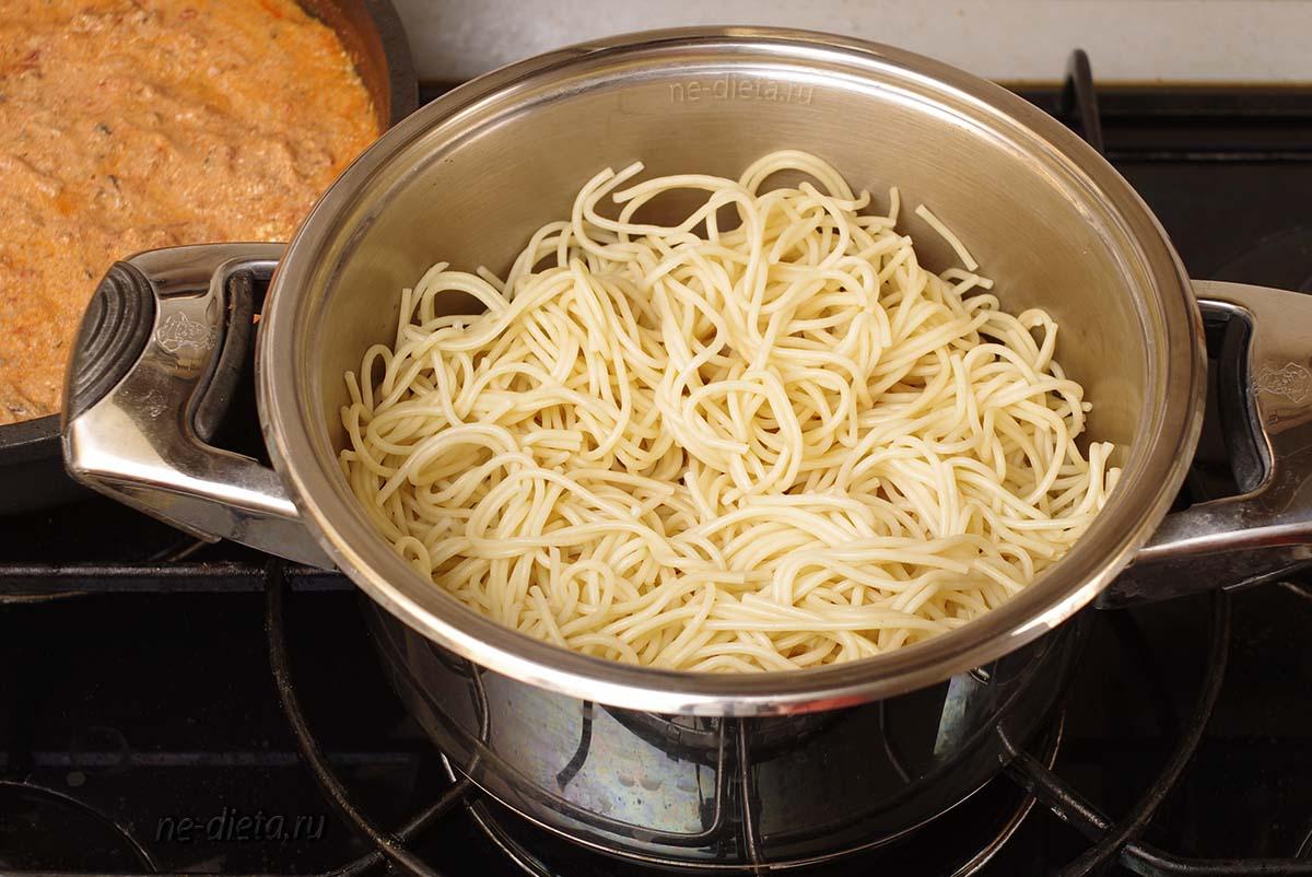 Отварить макароны для пасты с тунцом