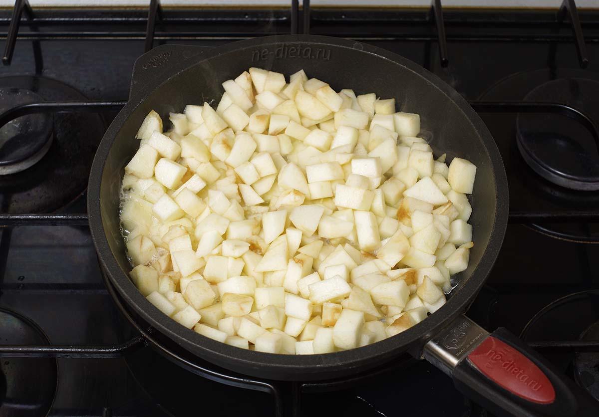 Выложить яблоки на сковороду и полить соком половины лимона