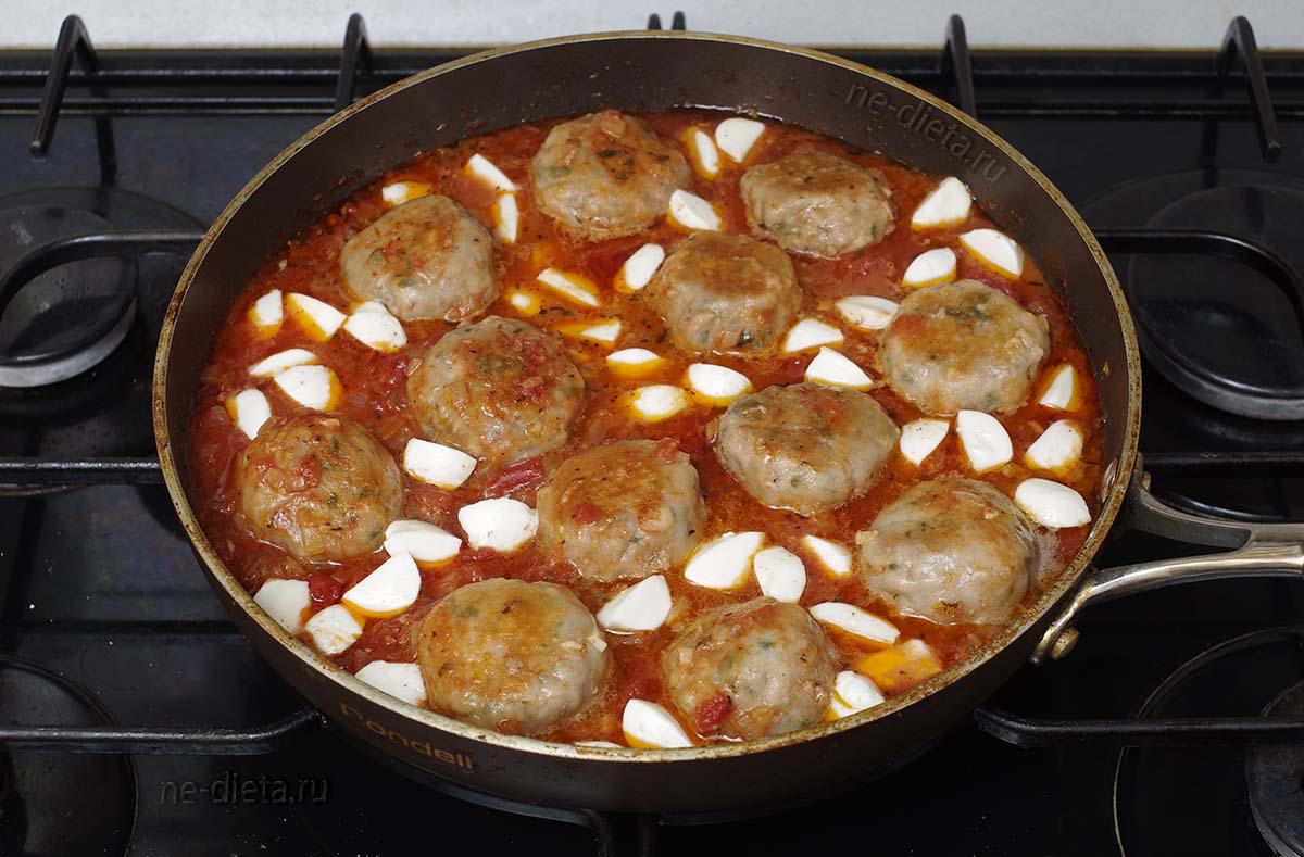 В томатный соус для тефтелей добавить оставшуюся моцареллу