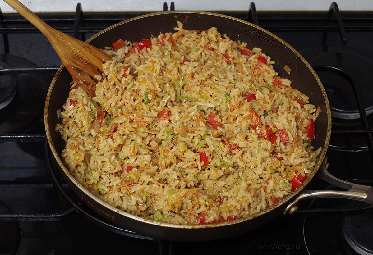 Рис с овощами и яйцом на сковороде