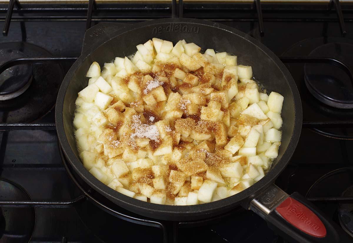 Добавить к яблокам коричневый и ванильный сахар