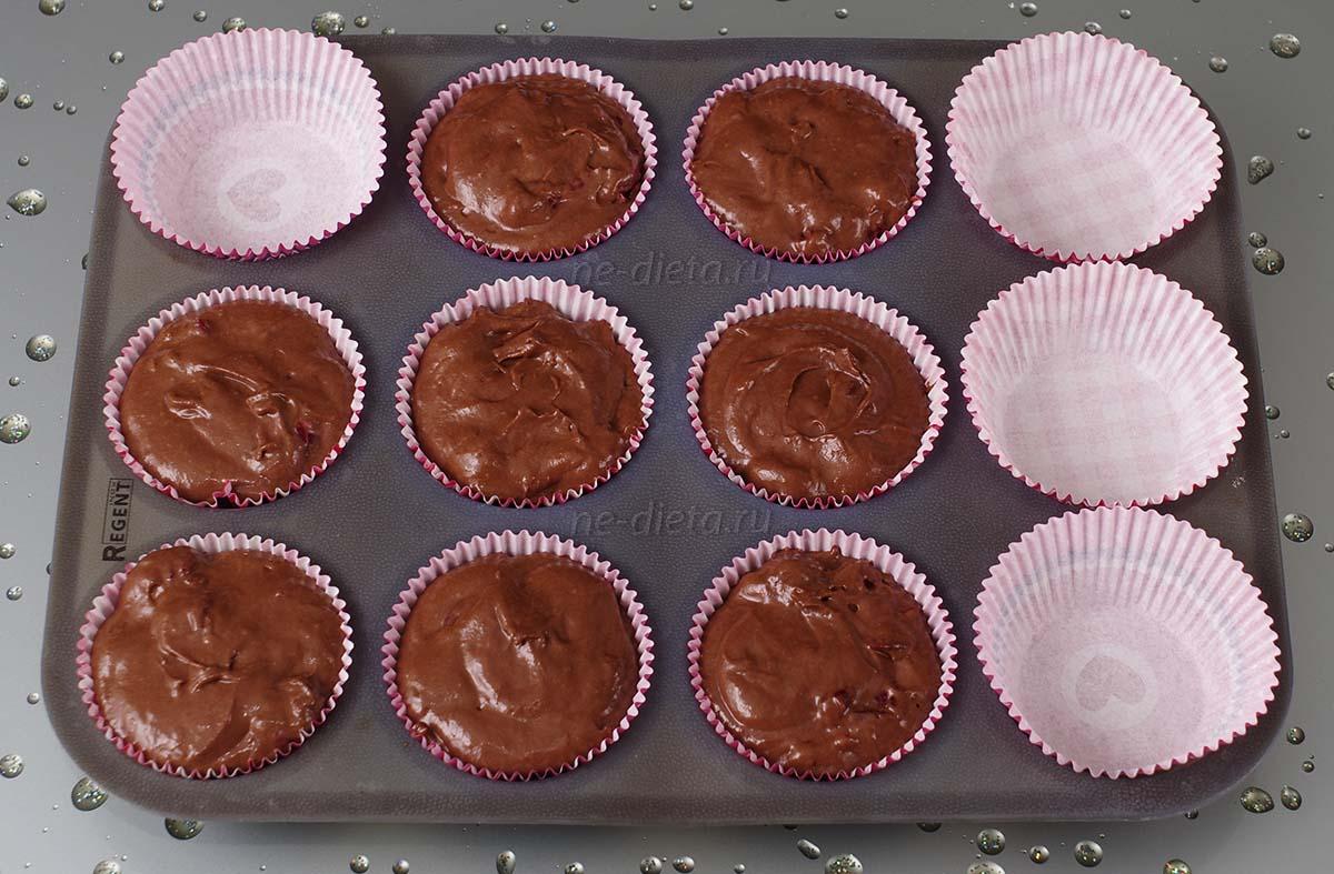 Разложить тесто в силиконовые формы для кексов