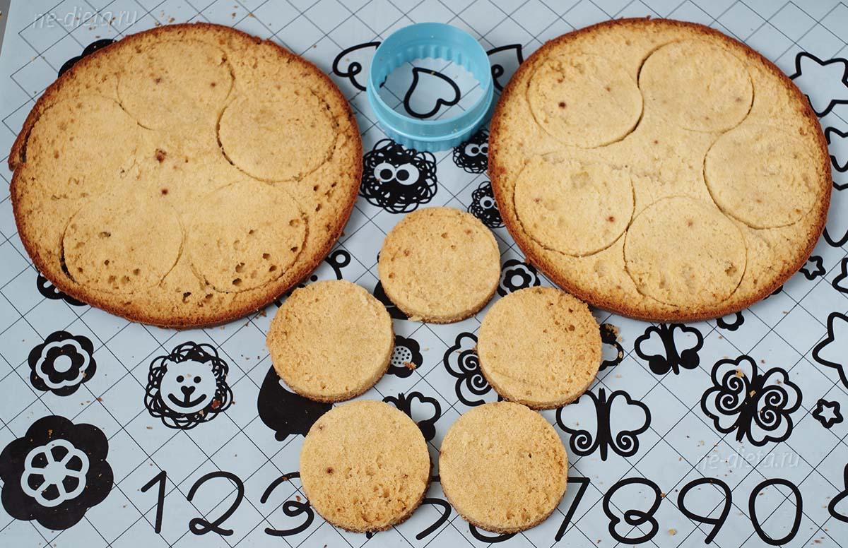 Из бисквита вырезать кружки