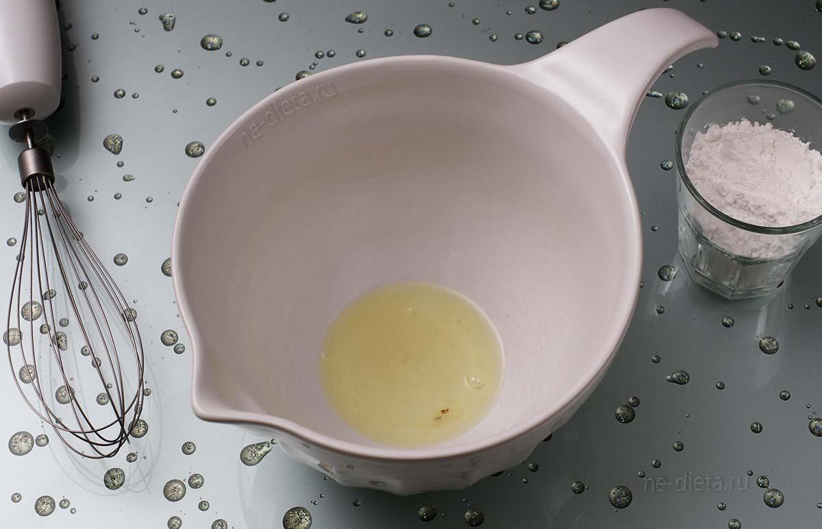 Яичный белок взбить с сахарной пудрой