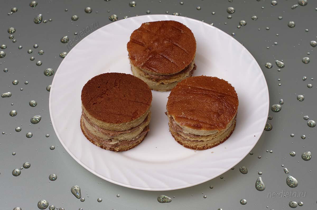 Собрать пирожные из трех кружков теста