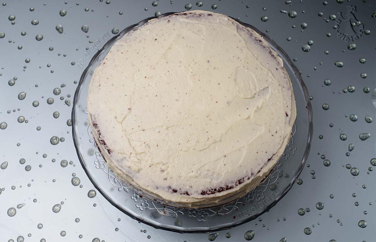 Обмазать кремом верх и бока торта