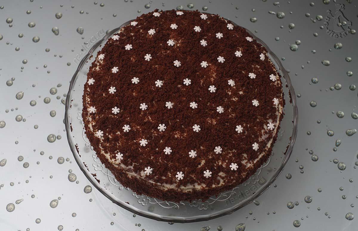 Торт обсыпать бисквитной крошкой и украсить