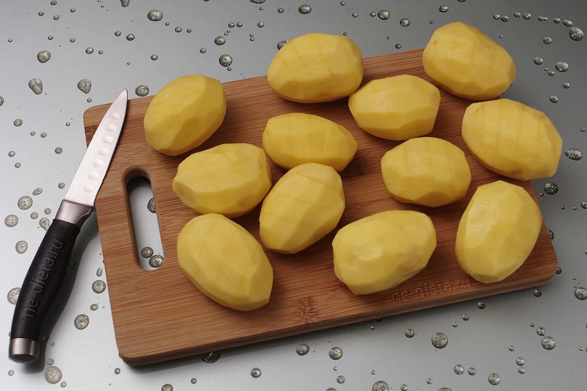 Картошку почистить и надрезать