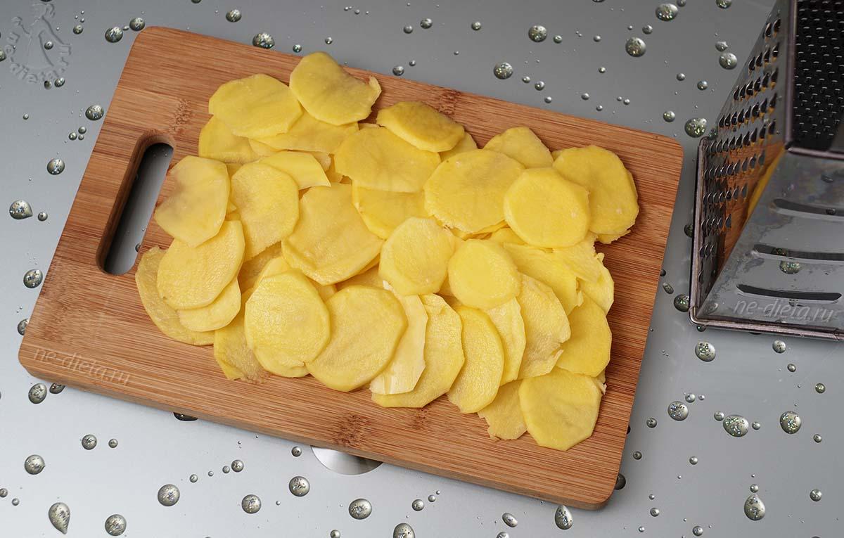 Картофель нарезать тонкими кружками