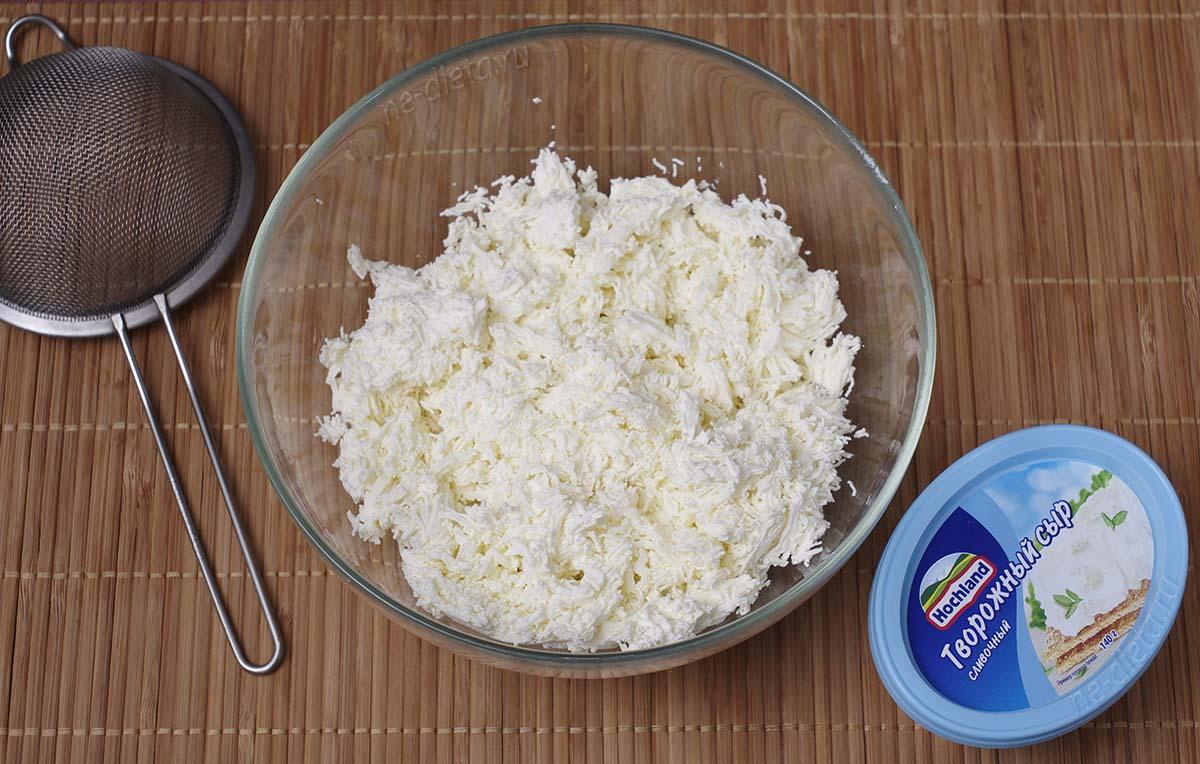 Творог и творожный сыр протереть через сито