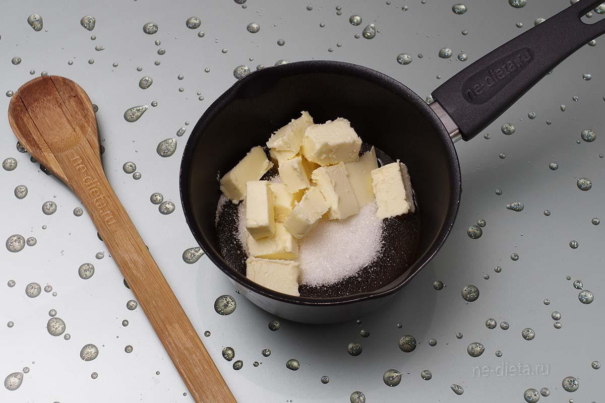 В кастрюлю сложить сахар, мед и сливочное масло