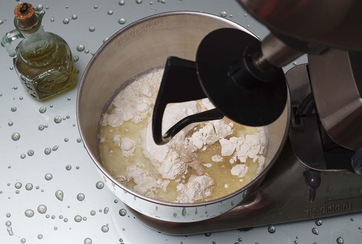 Добавить дрожжи, сахар, соль, кефир и масло