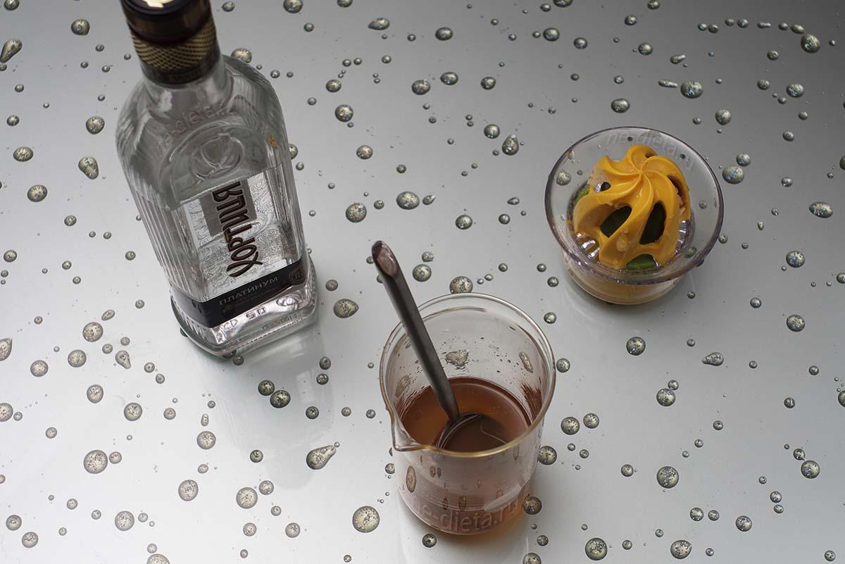 Смешать водку, мед и лимонный сок
