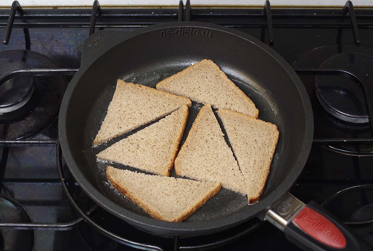 Обжарить хлеб на сливочном масле