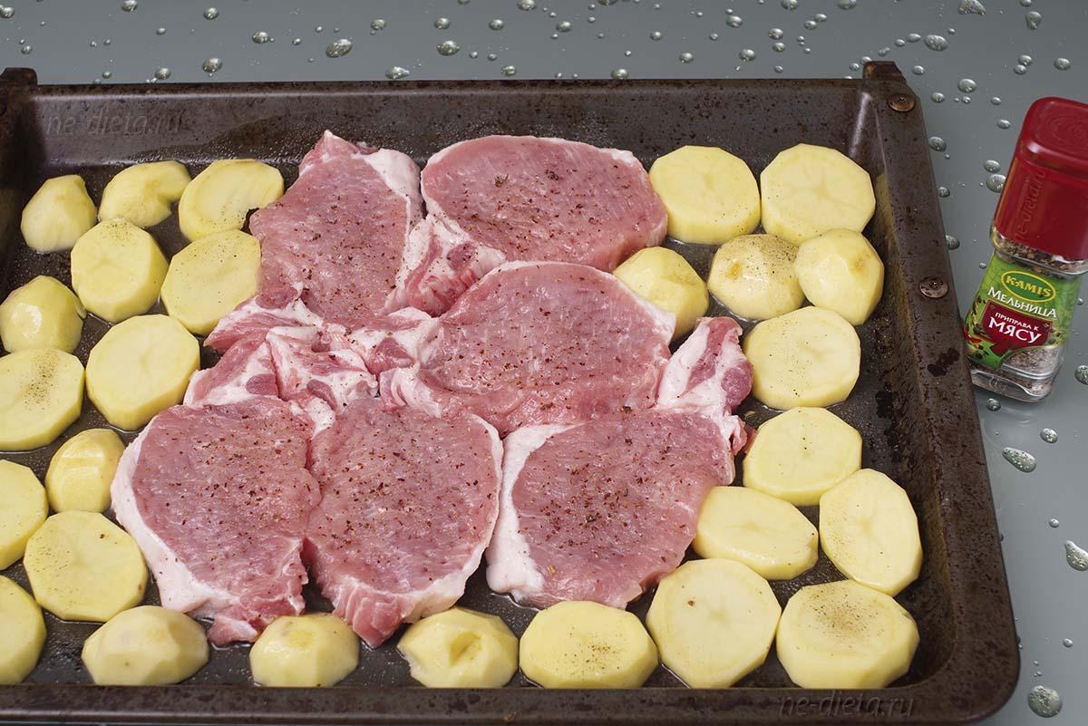На противень выложить свинину и картошку