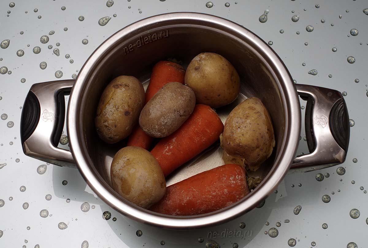 Картофель и морковь отварить в кожуре