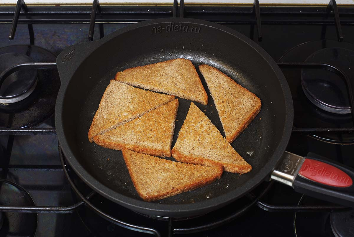 Обжаренный хлеб на сковороде