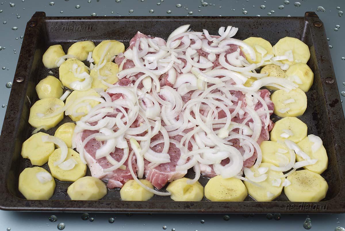 На мясо выложить репчатый лук