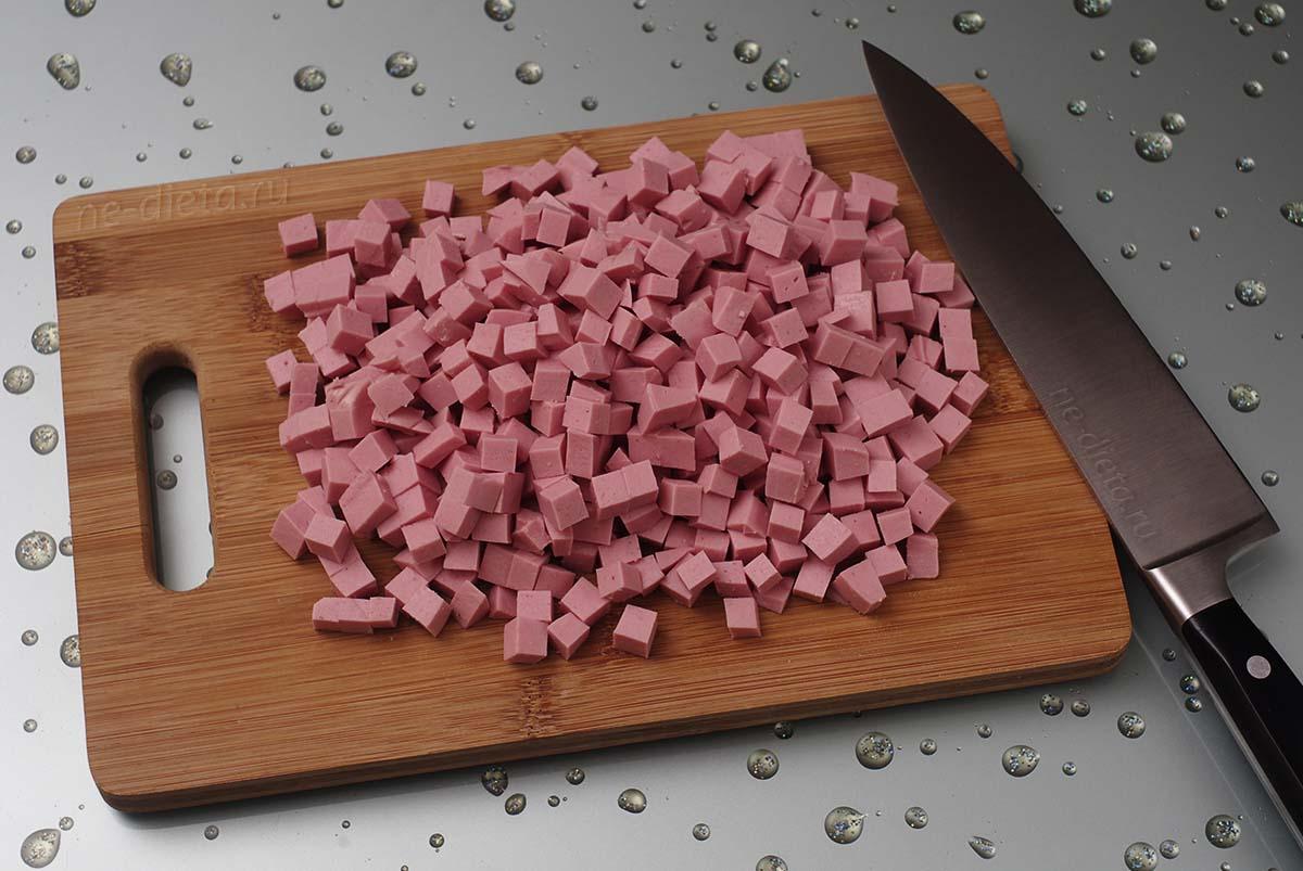 Колбасу порезать кубиками