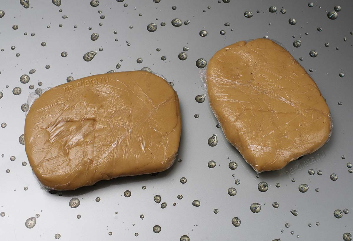 Завернуть тесто в пищевую пленку