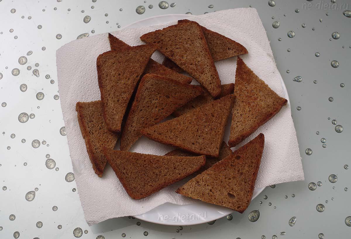 Обжаренный хлеб на бумажном полотенце